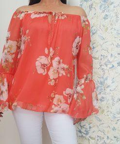 Camisa de gasa en color coral.
